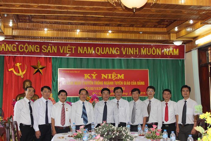 Các đồng chí Trưởng phòng chúc mừng lãnh đạo Ban