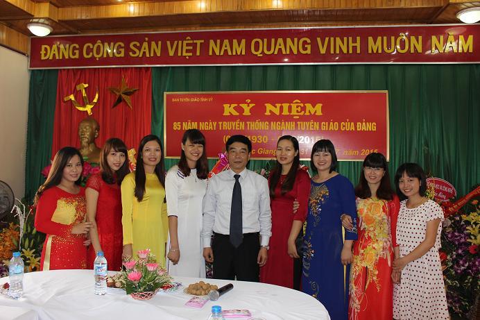 Tập thể cán bộ nữ chúc mừng Trưởng Ban