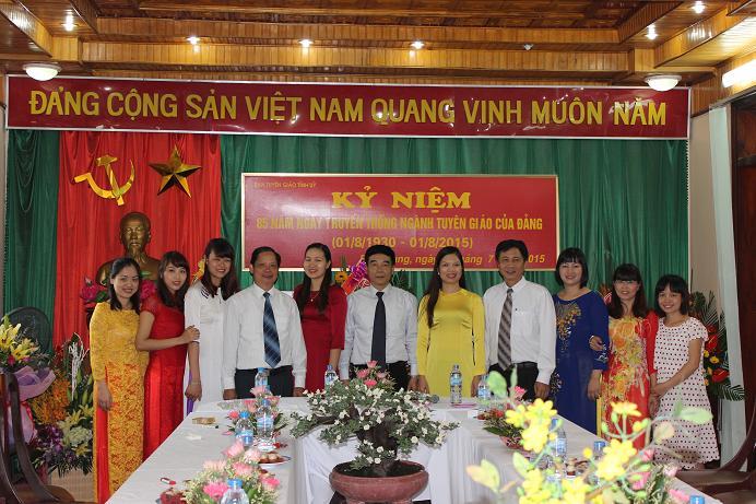 Tập thể cán bộ nữ chúc mừng lãnh đạo Ban
